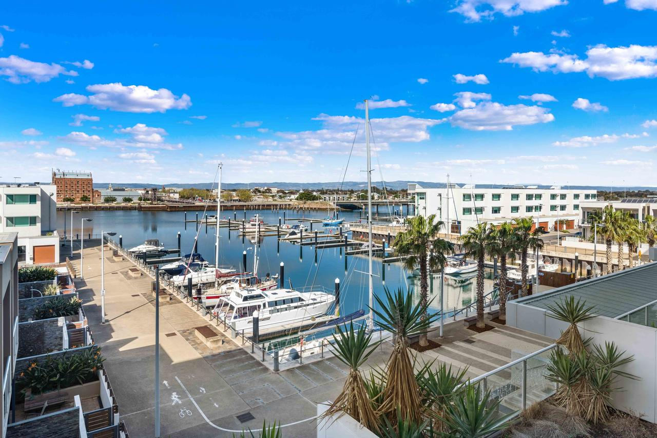 Port Adelaide Executive Waterfront Apartment - Accommodation Perth