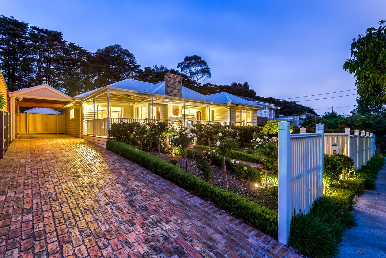Lovely 5BR full house in Glen Waverley walk to train bus  shops - Accommodation Perth