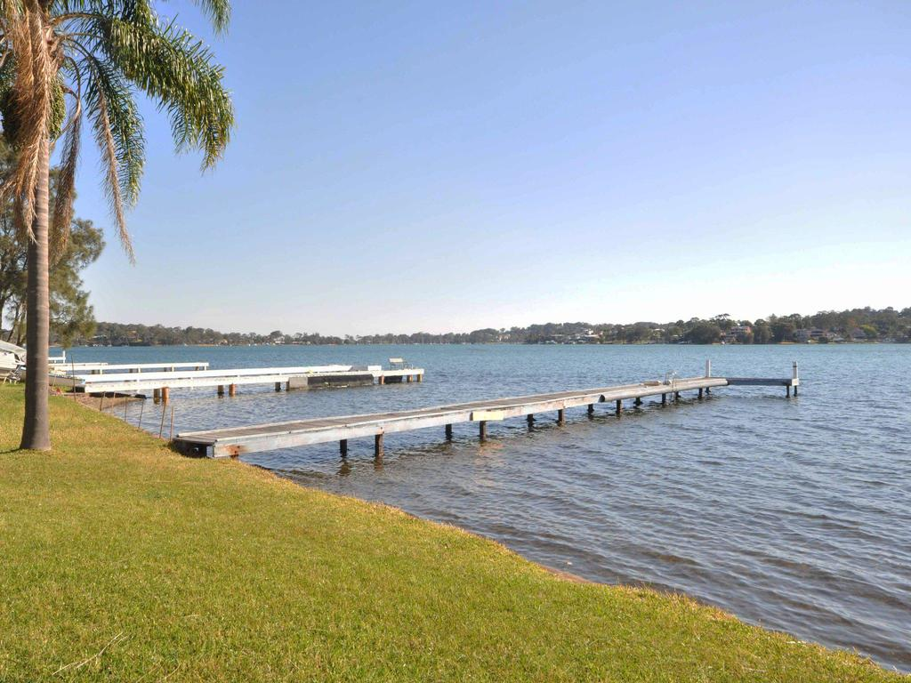 The Studio on the Lake  Fishing Point Lake Macquarie - honestly put the line in and catch fish - Accommodation Perth