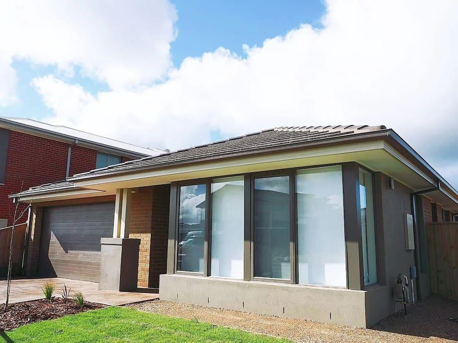 5Bed 2Bath Family House in Werribee - Accommodation Perth